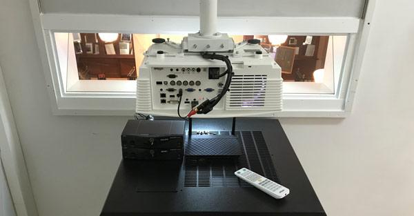 Proyector integrado en el Aula Ramon y Cajal del Museo Catedra Ramon y Cajal de Madrid por Areacad