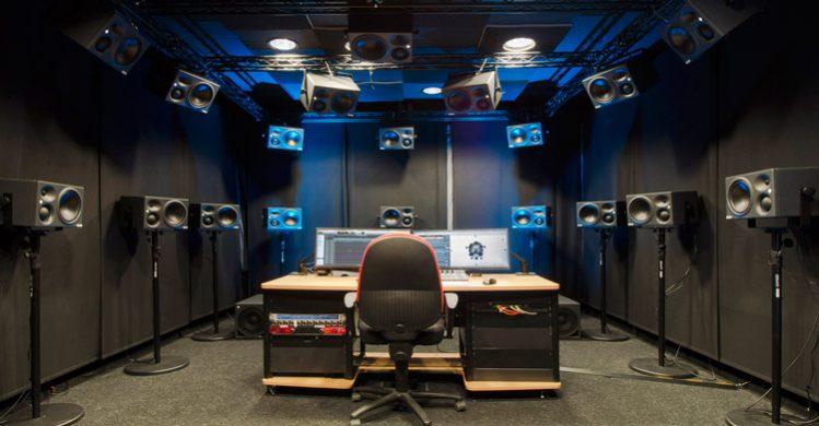 Fraunhofer-Room-con-los-sistemas-de-altavoces-de-Neumann