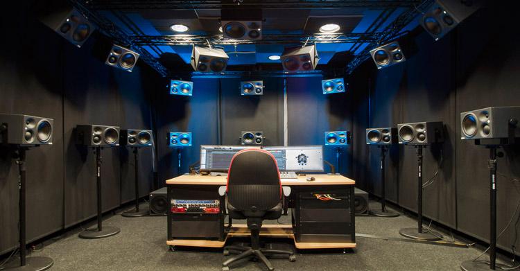 Los sistemas de altavoces de Neumann, instalados en una sala del instituto alemán Fraunhofer