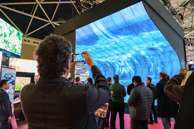 Instalación de pantallas sobre una superficie curva en el ISE 2019