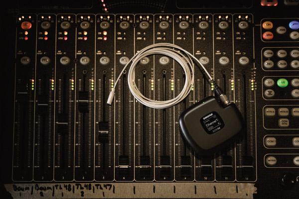 Micrófono de la nueva familia Twinplex de Shure sobre una mesa de mezclas