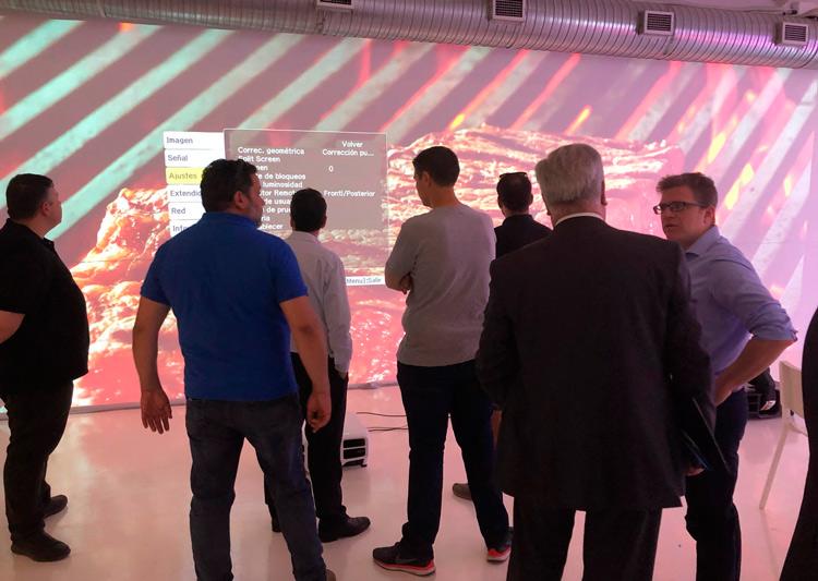 Personas asistiendo a una demostración de la tecnología de proyección de EPSON por parte de Earpro