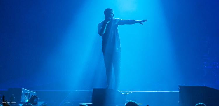 Drake utilizando micrófonos de la Serie 9000 de Sennheiser. Foto: Ralph Larmann