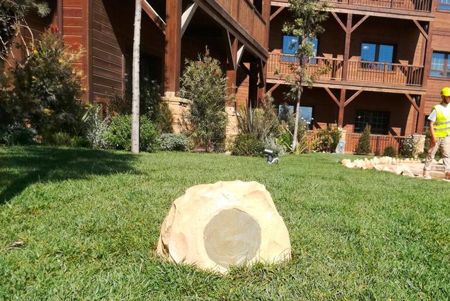 Integración de un sistema de megafonía de LDA Audio Tech en los jardines del hotel Colorado Creek de Port Aventura