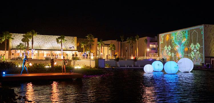 Vista nocturna de un videomapping en el Grand Palladium Costa Mujeres Resort & Spa