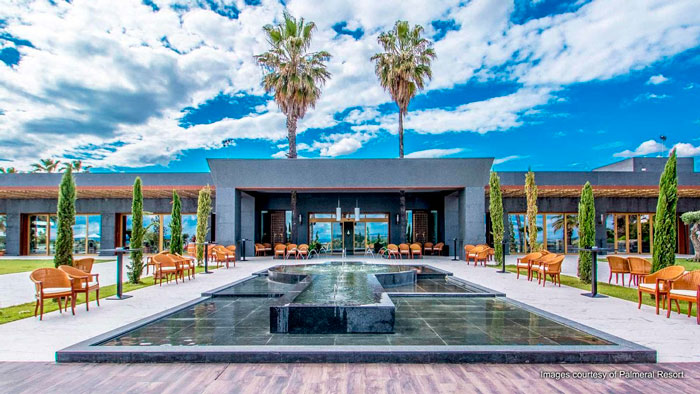 Puerta principal del Palmeral Resort con equipo de Yamaha