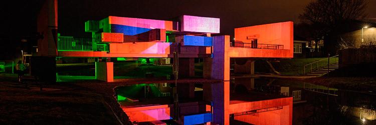 La obra brutalista Apollo Pavilion iluminada con equipos de Panasonic
