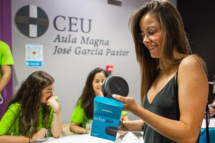 Alumna recibiendo su Amazon Alexa en un acto en la universidad CEU San Pablo