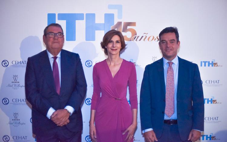 De izq. a der.: Juan Molas, Isabel Oliver y Álvaro Carrillo en el photocall del 15º aniversario del Instituto Tecnológico Hotelero