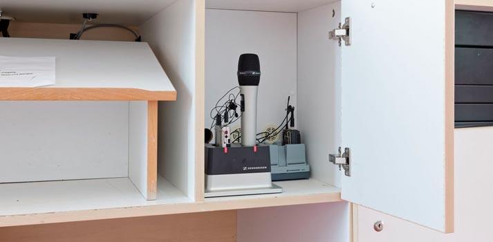 Micrófono y receptor inalámbrico en un punto de carga en la Universidad Martin Luther de Halle-Wittenberg