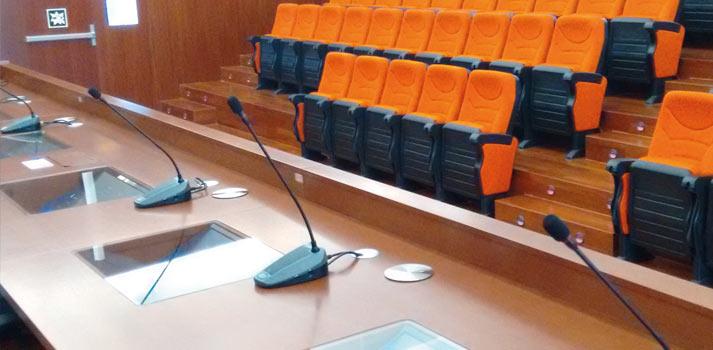 Microfonía instalada en un auditorio por Genuix