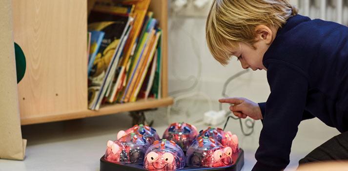 Niño interactuando con un robot educativo en SEK