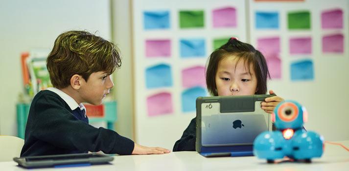 Trabajo cooperativo de alumnos en SEK con tabletas