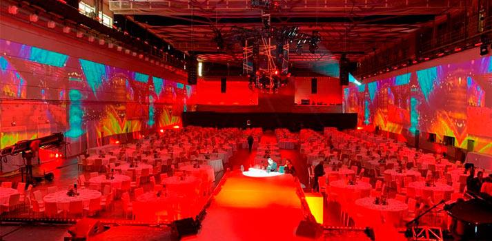 Disposición panorámica de proyectores en la gala People in Red de Sono