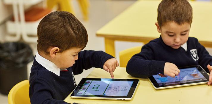 Niños haciendo ejercicios utilizando una tableta en SEK
