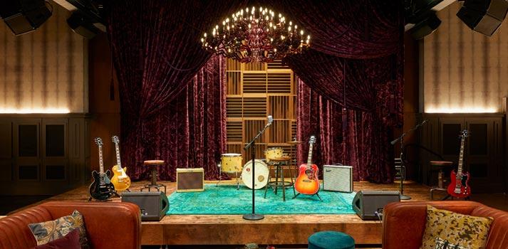 Escenario del nuevo recinto musical Analog Stage del Hutton Hotel. Foto: Tim Williams