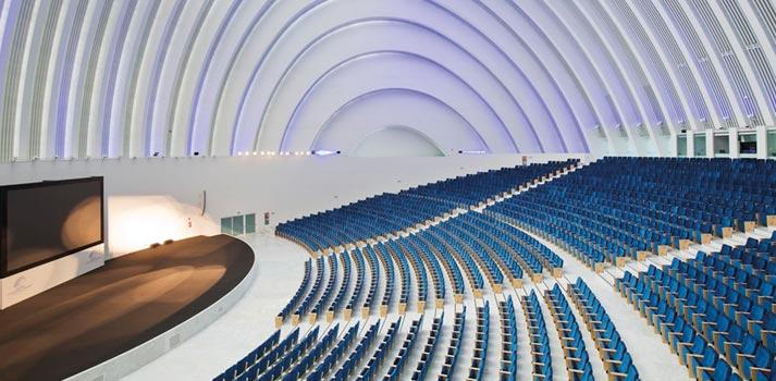 Patio de butacas del auditorio del Palacio de congresos y exposiciones de Oviedo, integrado por Mediacom 95
