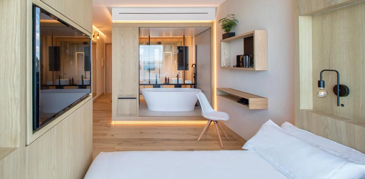Televisión y tecnología en una habitación del Noa Boutique Hotel de A Coruña