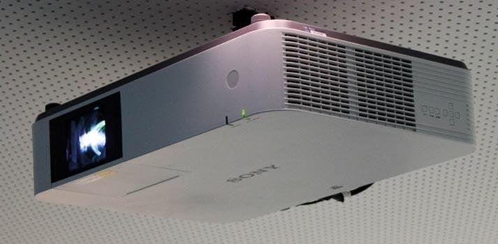 Sistema de proyección de Sony integrado en las oficinas de Bausch Lomb por Mediacom 95