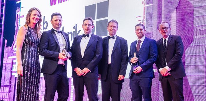 Parte del equipo de d&b Audiotechnik recogiendo un trofeo en los AV Awards 2019