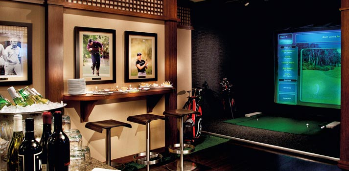 Sala con un sistema de Golf Virtual ubicado en el hotel Loews 1000 de Seattle