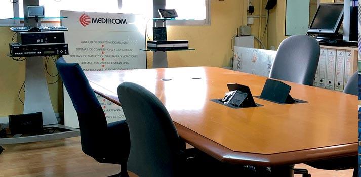 Espacio de reuniones con equipamiento instalado por Mediacom 95