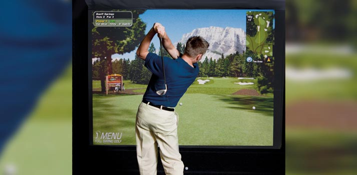 Jugador probando el sistema de Golf Virtual del Hotel Loews 1000 de Seattle