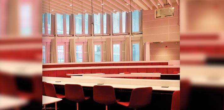 Micrófonos instalados en un auditorio del Instituto Karolinska