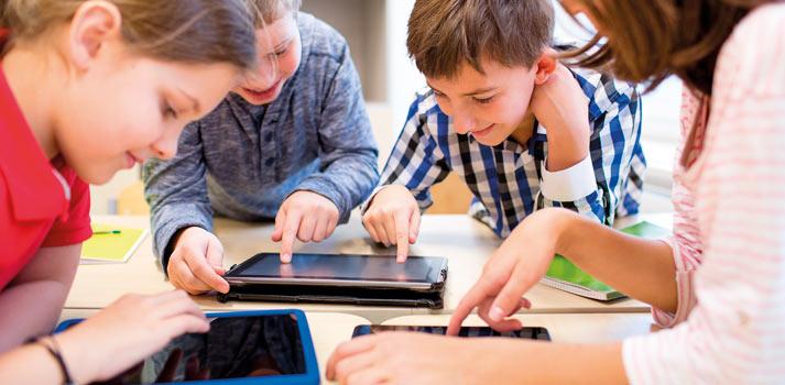 Estudiantes asistiendo a clase con tabletas