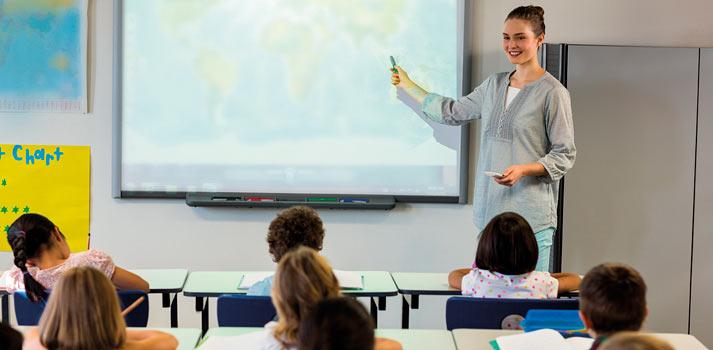 Proyección interactiva con profesor en clase