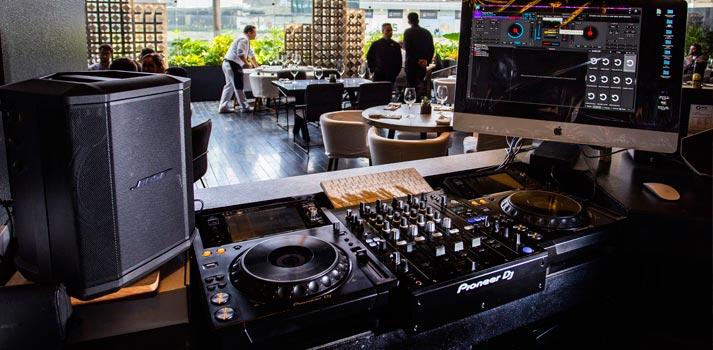 Altavoz Bose S1 Pro en el puesto de DJ de Sonora Grill Prime