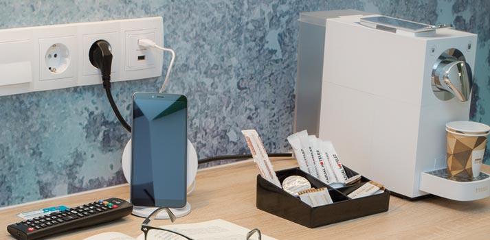 Conexiones-USB-y-cargador-inalambrico-casual-hoteles