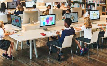 Estudiantes-usando-tecnologia-ambito-educacion