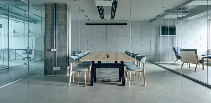 Oficina abierta y un área para tener reuniones