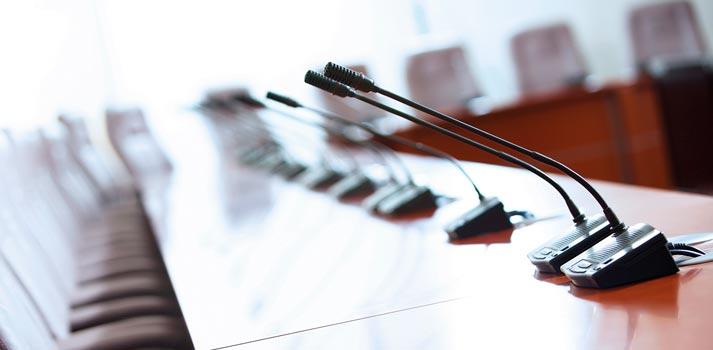 Sistema de microfonía situado en un entorno corporativo