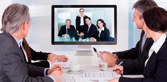 Videoconferencia conectando dos salas de conferencias