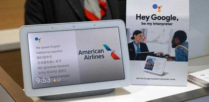 Google Nest Hub con el modo intérprete de Google Assistant en un lounge de American Airlines