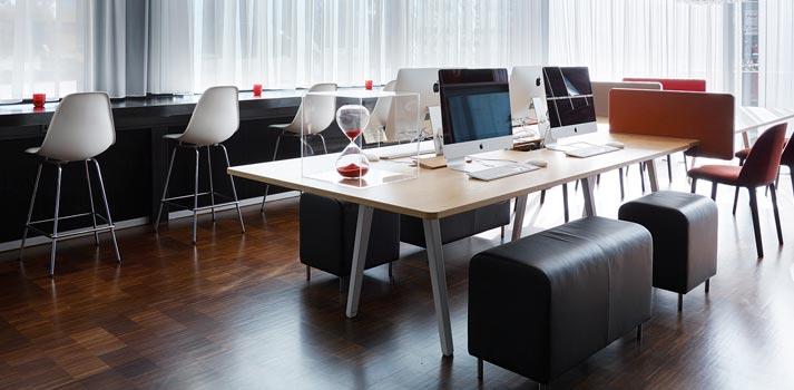Zona de trabajo con equipos informáticos en el hotel CitizenM de Ámsterdam
