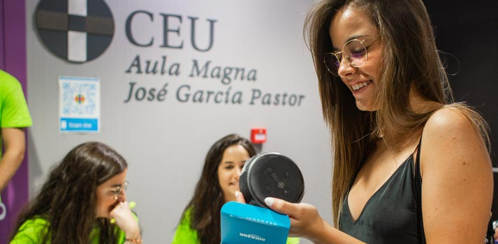 Estudiante recibiendo un Echo Dot de Amazon en un acto en la Universidad CEU San Pablo