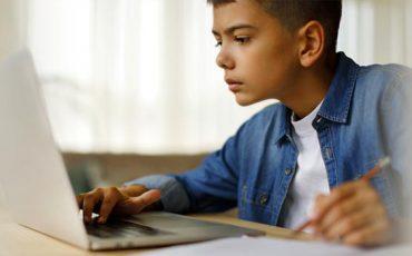 Estudiante-disfrutando-de-educacion-a-distancia