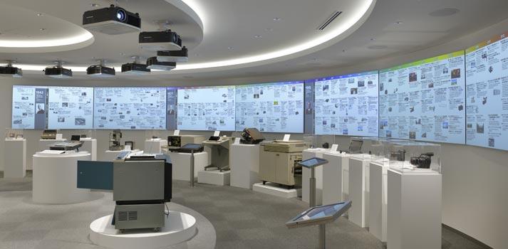 espacio-expositivo-Canon-con-pantallas-dnp