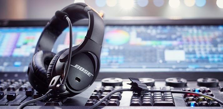 Equipo Bose SoundComm B40 sobre una mesa de sonido