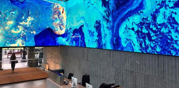 Hall edificio DAU de la Diagonal de Barcelona con pantalla LED