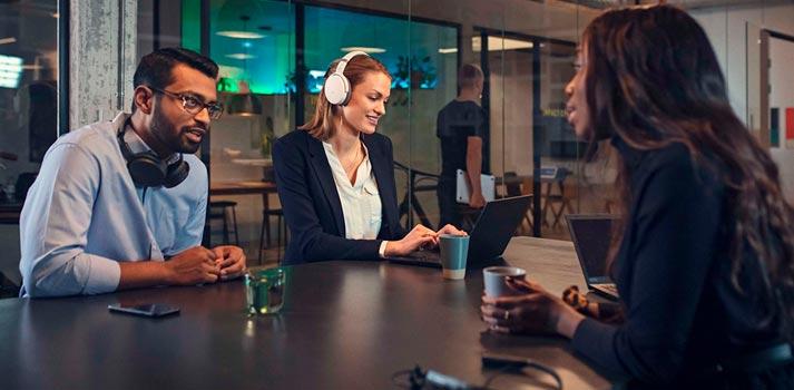 Aplicación lifestyle de los auriculares de la serie ADAPT de EPOS Sennheiser
