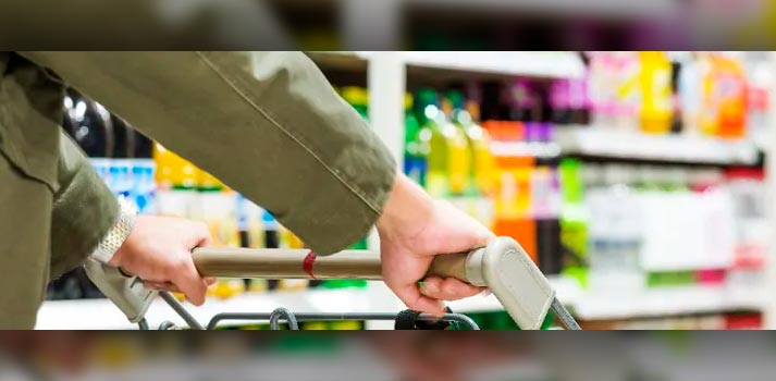 Comprador en un supermercado - Imagen de archivo