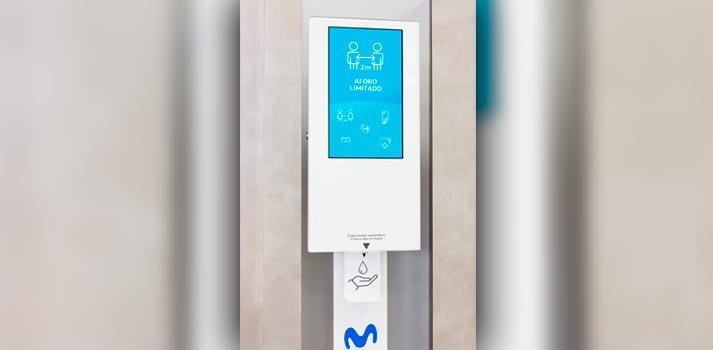 Dispensador de gel hidroalcohólico con pantalla en una de las Tiendas de Movistar