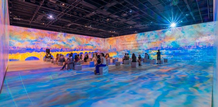 Intervención artística basada en proyectores del Centro Ideal de Barcelona