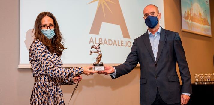 Noelia Albadalejo recibiendo un premio de manos del responsable de PortAventura World