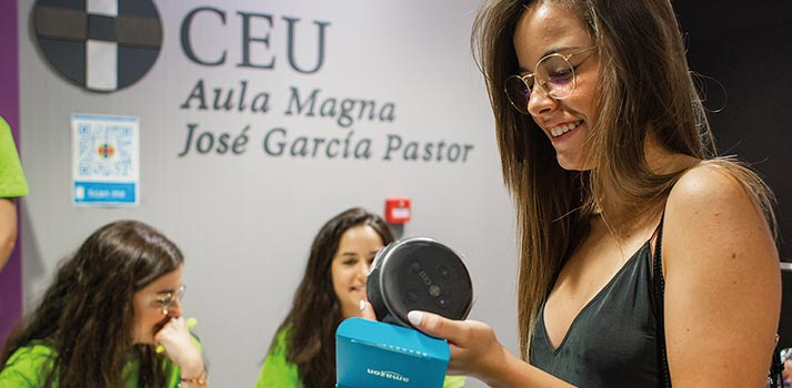 Alumna recibiendo un sistema Amazon Echo Dot en la Universidad CEU San Pablo