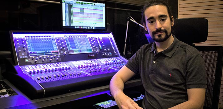 Responsable de audio del Auditorio de la Fundación Juan March junto a la mesa dLive S5000